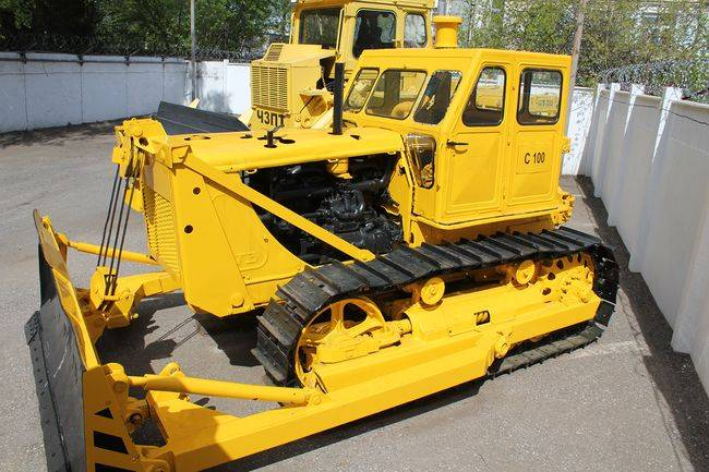 желтый трактор т-100