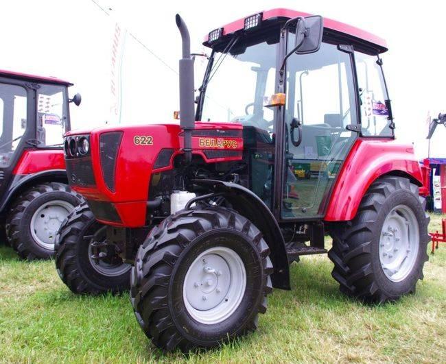 Трактор МТЗ 622 на парковке